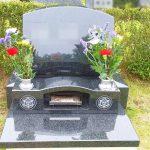 インド山崎の芝生墓地洋型墓石が完成しました。梨彫り仕上げ、大庭台墓園にて