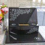 印象的な花の彫刻が美しい、インド産黒御影石PTRの『桜咲く』お墓が完成です。大庭台墓園立体墓地にて
