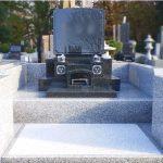 大庭台墓園4㎡普通墓地に、インド緑M1H(緑系の御影石)の高級感あるお墓を建立。全面石貼りでお手入れもしやすく