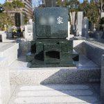 藤沢市営大庭台墓園(普通区画4㎡)にて、インド産M1-Hの緑系御影石を使用した梨彫りの洋型墓石が完成いたしました。