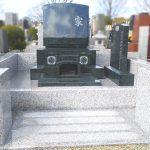 インド産緑M1Hのお墓が完成。共石の墓誌と、塔婆立てのある高級感あるお墓。大庭台墓園4㎡普通墓地