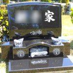 大庭台墓園芝生墓地に、桜の彫刻を施したインド産本クンナムのお墓が完成。梨彫りや水垂れ加工など細かな工夫で安心のお墓