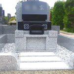 大庭台墓園4㎡墓地に、インド黒EKの丘カロートのお墓が完成。吸水率の低い黒御影石で、すっきりとしたコンパクトなお墓