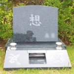 ご家族様の「想い」のこもったインド緑M1Hのお墓が完成。梨彫りとなめらかな水垂れ加工、大庭台墓園芝生墓地にて