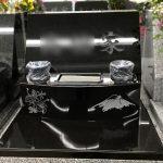 『漆黒の美』インド産黒御影石EKのお墓を建立。スッキリとしたデザインに、富士山と花の彫刻が映えるお墓。大庭台墓園立体墓地にて
