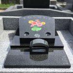 アフリカ産黒御影石FGのデザイン墓に、色とりどりの素敵なガーベラの花が咲きました!大庭台墓園普通墓地4㎡