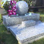 木漏れ日の中にたたずむ球体のお墓!ご希望を叶えた線香箱や、長持ちの工夫。大庭台墓園芝生墓地7区